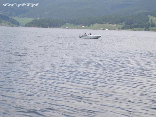 На почивка в Родопите. Рибари с лодка на язовир Доспат.