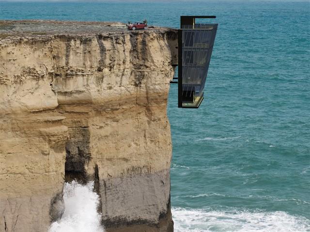 """Футуристична къща """"виси"""" от скала над океана"""