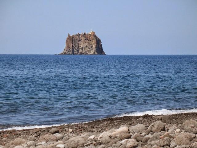 Самотният фар на остров Стромболичио в Тиренско море