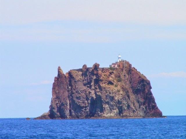 Самотният фар на остров Стромболичио, който е част от Липарските острови в Тиренско море