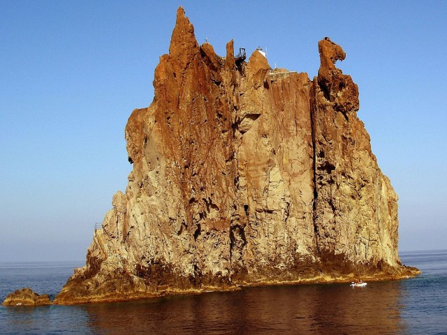 Самотният фар на остров Стромболичио
