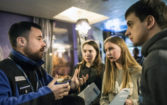 Students, teachers and other curious residents of Luhansk accepted the open invitation of the OSCE Special Monitoring Mission in Ukraine (SMM) to join an informal public discussion on what the SMM does.