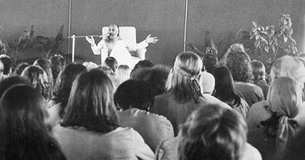 Osho gives a lecture in Buddha Hall