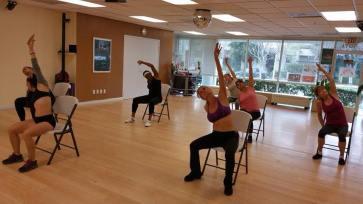 Clase de Boombafro Cardio Tonificacion Reductiva Yoga Meditacion con sillas Isntructora y creadora Maritza Rosales 003