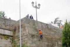 Comeza a limpeza da Ponte Vella de Ourense