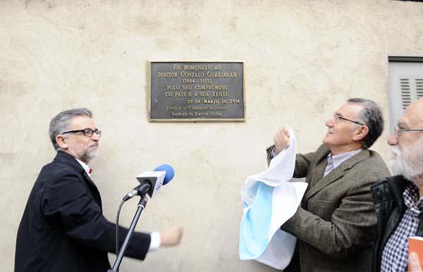 Un membro de Isaga e o alcalde do Barco, descubrindo a placa xunto a Ricardo Gurriarán.