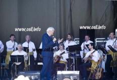 Luis del Olmo canta con Son do Sil en San Pedro de Trones