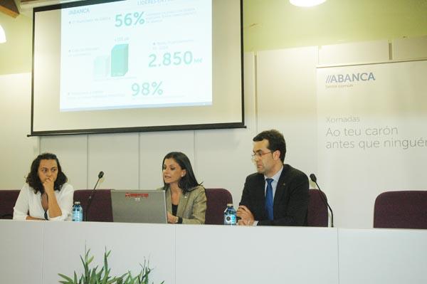 Representantes de ABANCA na reunión celebrada no Barco. /Foto: Mónica G. Bellver.
