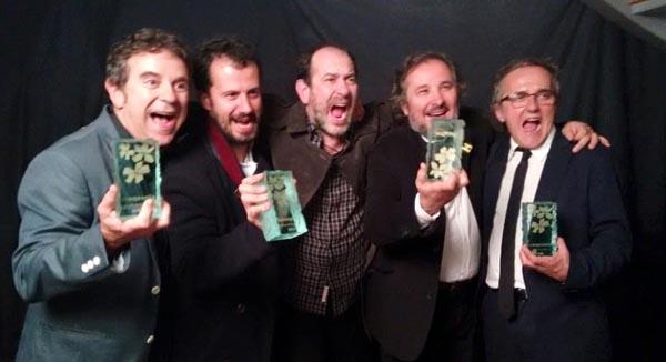 """Membros do equipo de """"A Esmorga"""", cos tres premios recibidos en Toulouse (Francia)./ Foto: Vía Láctea Filmes."""
