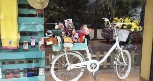 Clínica Veterinaria Valcán viste de verán o seu escaparate