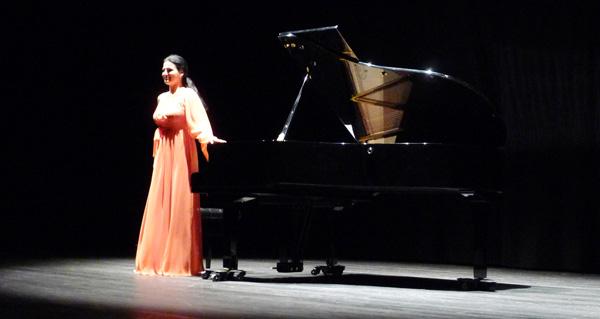 A pianista recibindo os aplausos do público./ Foto: A.R.
