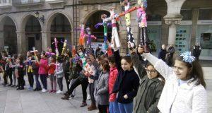 A Praza Maior de Ourense acolle a batalla dos Compadres entre nenos e nenas