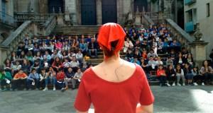 Os escolares ourensáns gozan do teatro de rúa con contos de Casares