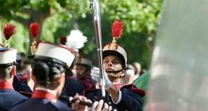 O pasarrúas de movementos floreados da Garda Real no Barco, ao detalle