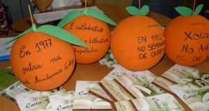 Laranxas xigantes nos escaparates do Barco CCA pola Letras Galegas