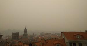 A capital esperta cuberta de fume e cinza