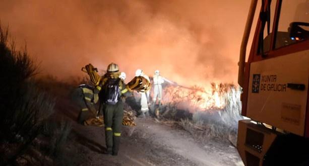 O lume de Viana continúa, pero sen perigo para os pobos