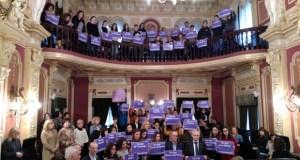 A capital homenaxea ás vítimas da violencia machista