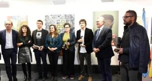A obra plástica de trinta novos creadores galegos e lusos, no Barco