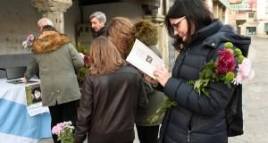 Versos e flores en Viana para homenaxear a Rosalía de Castro
