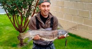 Marcos Arias pesca unha troita de 4,2 kg en Quereño (Rubiá)