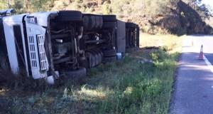 Volca un camión na N-120 nas proximidades da Rúa