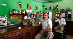 Bar Martillo: punto de encontro de mozos, xente maior e peregrinos, en Éntoma