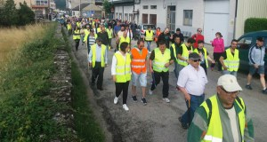 Unhas 200 persoas súmanse á andaina para pedir o arranxo da estrada vianesa de San Agostiño