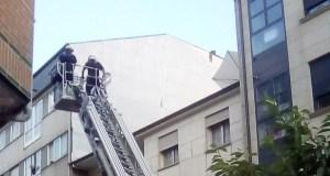 Un parasol no alto dun tellado no Barco mobiliza ao GES Valdeorras e aos bombeiros