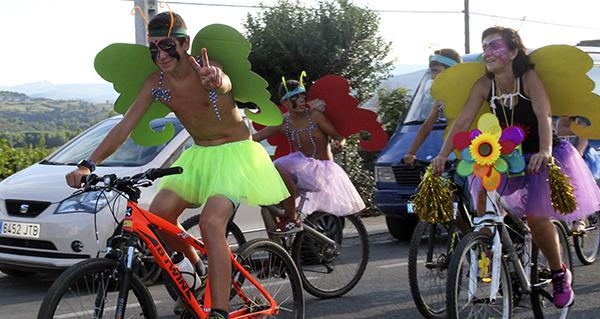 Unha multitudinaria Volta Ecolóxica envolve de cor A Rúa Vella