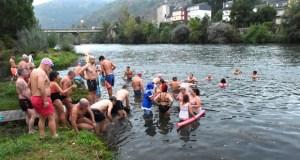 Unha corentena de intrépidos nadadores comezan o Día do Cristo cun chapuzón nas augas do Sil