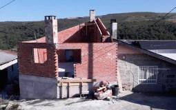 A solidariedade veciñal permite reconstruír a casa incendiada en abril en Cerdeiros (San Xoán de Río)