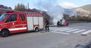 Un coche comeza a arder subitamente e acaba estoupando no Barco