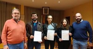 """Tres alumnos da """"Escola de Idiomas"""" da Rúa reciben os diplomas que certifican o nivel acadado"""
