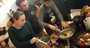 """Aprendendo a elaborar """"mojitos de godello"""" e """"risotto de boletus"""", en Trives"""