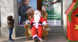 Papá Noel, na praza do Concello do Barco nesta Noiteboa