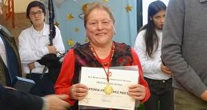 A cantareira da seitura de Lentellais, Antonia Fdez. Prieto, recibe a súa Medalla de Ouro da Real Banda de Gaitas
