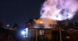 Imaxes do incendio nunha caseta da Proba (O Barco)