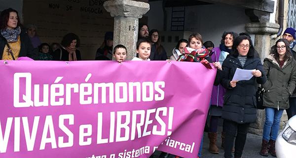 Concentración en Viana polos dereitos da muller e pola igualdade
