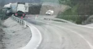 Saída de vía dun camión na estrada OU-533, na Gudiña