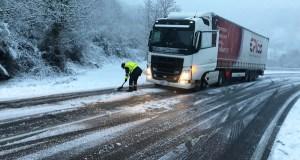 Complicacións pola neve nas estradas ourensás