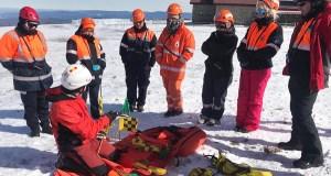 Curso sobre técnicas de intervención e rescate en terreo nevado na estación de montaña de Manzaneda