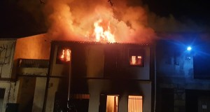 O incendio dunha vivenda en Sobrado (Trives) en imaxes