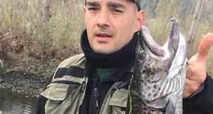 Rubén Fernández pesca unha troita de 2.825 gramos no Sil ao seu paso polo Barco