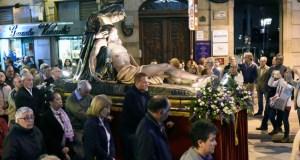 Ata nove pasos, na procesión do Santo Enterro en Ourense