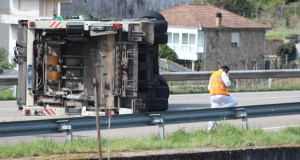Un camión do lixo envorca na N-120 ao seu paso pola Rúa