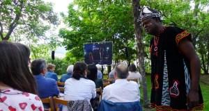 Lendo as historias escritas no aire de África con Boniface Ofogo, no Barco