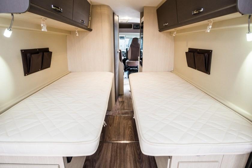 Vista trasera de un dormitorio de camas gemelas en una camper Challenger Vany 217 Start.