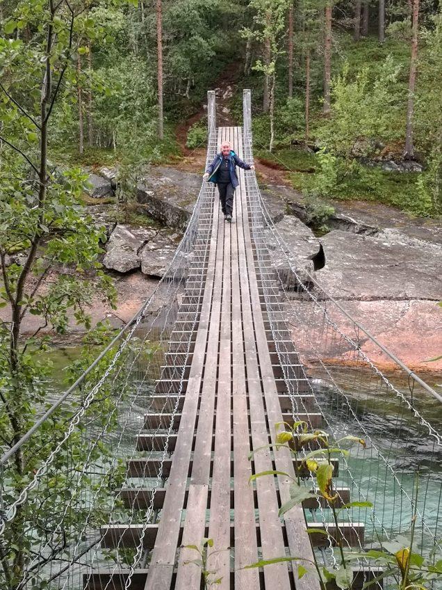 Anja todesmutig über die Hängebrücke!