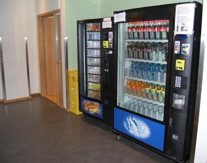 Automater hvor man kan kjøpe drikke og noe å spise på.